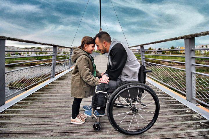 """""""Le fauteuil"""" a développé entre nous une complicité indéniable, Une particularité qui rend singulière notre relation j'en suis convaincu, ma paternité je l'ai toujours vécue comme une chance. Ça me permet encore plus d'apprécier chacun des petits instants passés ensemble."""