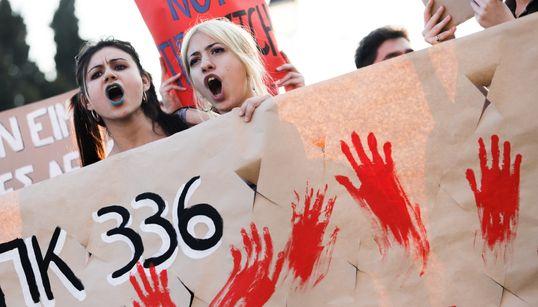 Βιασμός ΕΙΝΑΙ η απουσία συναίνεσης – Η υπαναχώρηση του υπ. Δικαιοσύνης και γιατί υπήρχαν τόσες