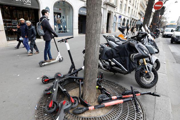 A court terme, les trottinettes, puisque ce sont des engins motorisés, devront être stationnées...
