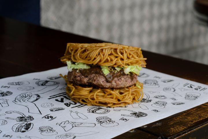O Ramém Burguer (hambúrguer que substitui o pão por lamen frito) doVinil Burger.