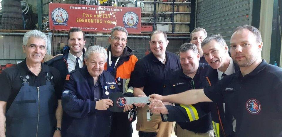 Οι εκπρόσωποι των SAFeRS με τους Έλληνες εθελοντές του πυροσβεστικού σταθμού Νέου Βουτζά την ημέρα που...