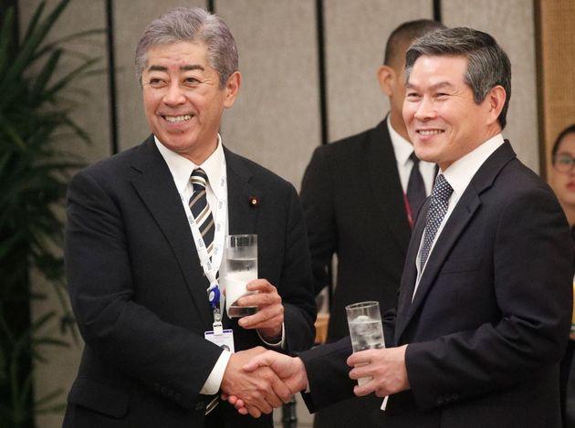 第18回IISSアジア安全保障会議で韓国の鄭景斗(チョンギョンドゥ)国防相と握手を交わす岩屋防衛相(左)=6月1日、シンガポール