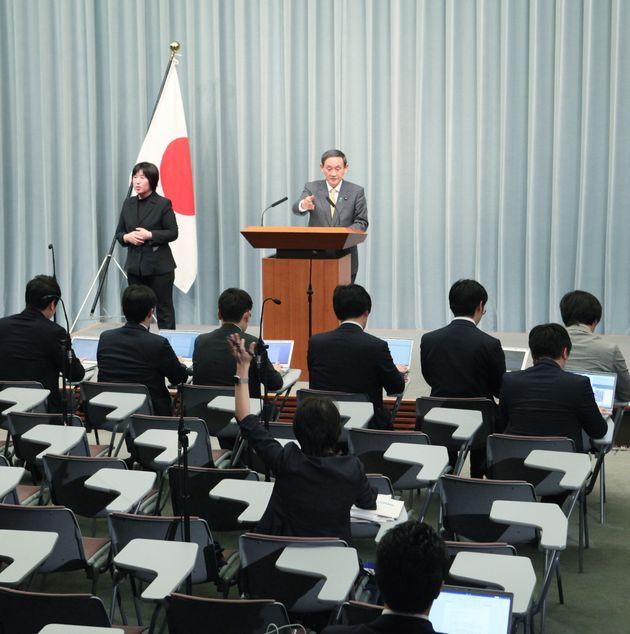記者会見で挙手する東京新聞の望月衣塑子記者(中央下)を指す菅義偉官房長官=2019年3月、首相官邸