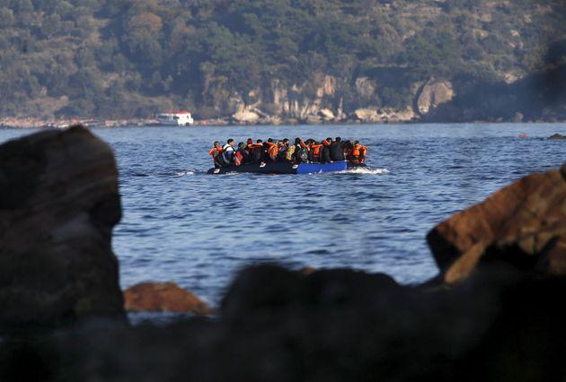 Nave con 50 migranti a bordo diretta a
