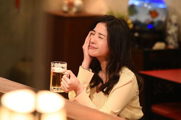 定時で帰り、恋人の待つ中華料理店「上海飯店」のビールを楽しむ結衣