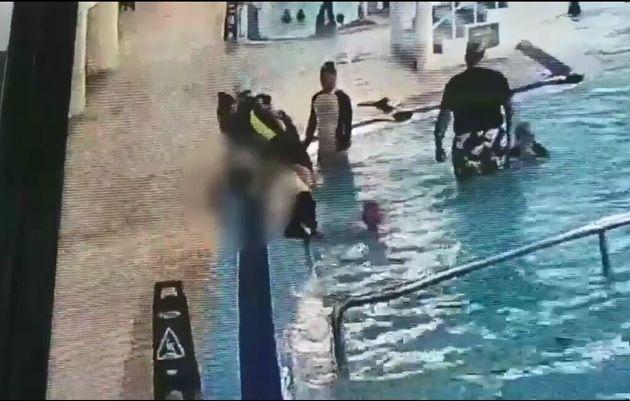 사고 당시 상황. 수영장 이용객들이 이군에게 심폐소생술을 실시하고 있다.