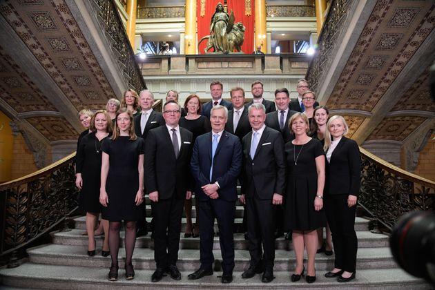 Antti Rinne, en el centro, presidiendo la foto de familia de su nuevo