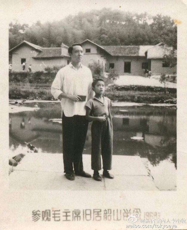 お父さん(左)と並ぶ少年時代の李小牧さん(右)