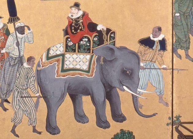 宣教師に随行する黒人たち。狩野内膳が描いた南蛮屏風(左隻)より