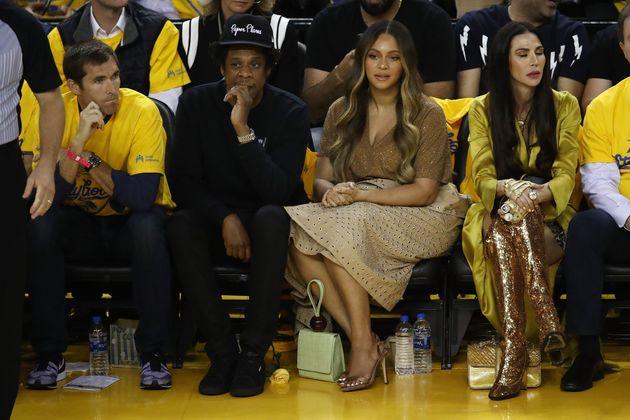 Jay-Z parla con un'altra donna. Beyoncé la fulmina con lo
