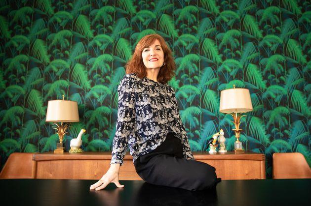 Elvira Lindo, en el salón de su casa en