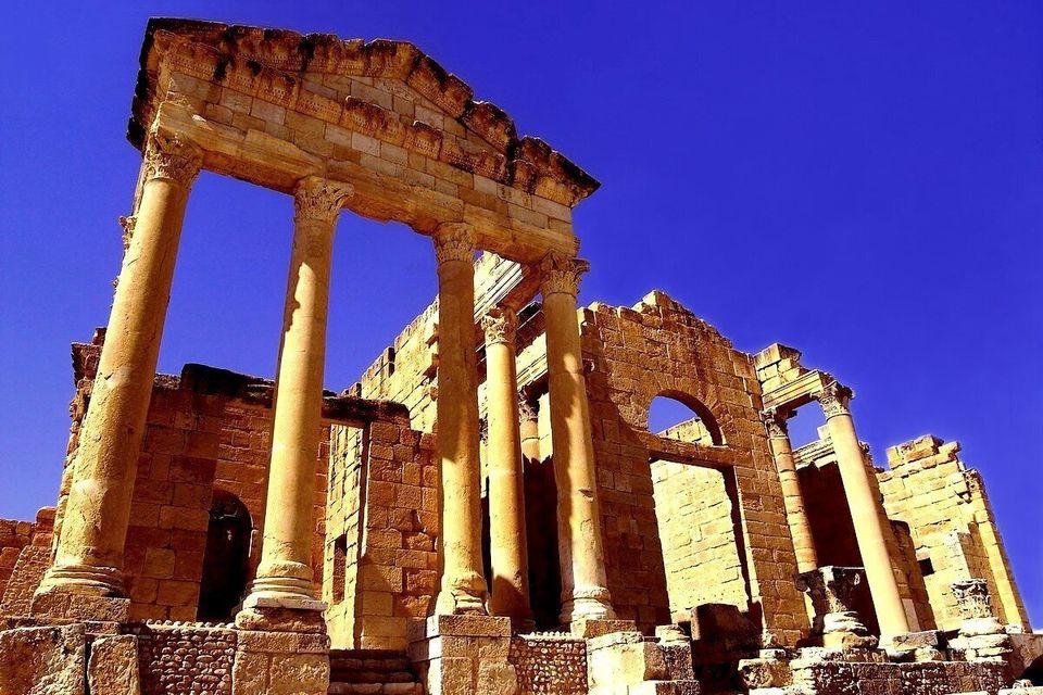 Vue partielle des temples de Minerve, Jupiter et Junon composant l'imposant Capitole deSbeïtla....