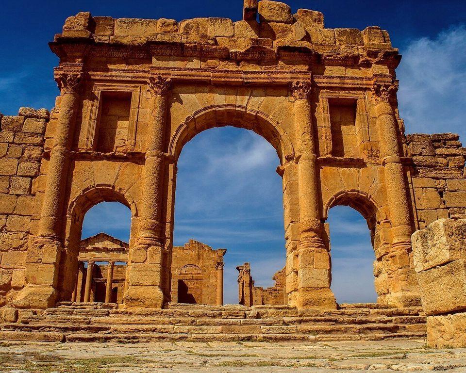 Vue des temples du Capitole depuis l'arc de triomphe d'Antonin le Pieux. L'édifice forme une entrée...
