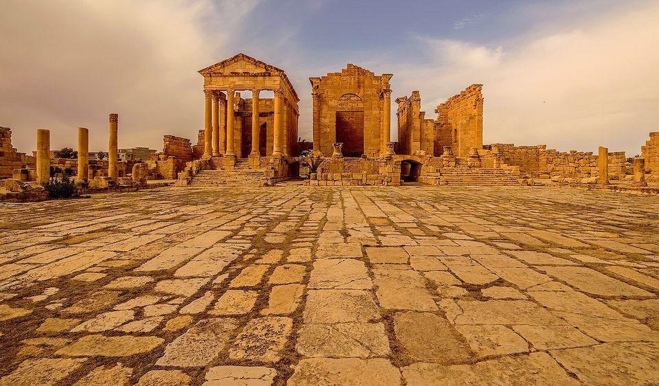 Vue de la vaste place qui précède les temples capitolins deSbeïtla. Celle-ci...