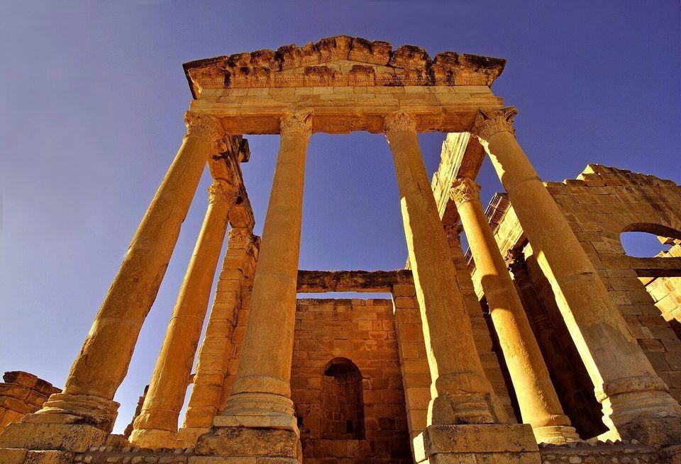 Gros plan sur le portique à six colonnes corinthiennes du temple de Minerve, le sanctuaire le...