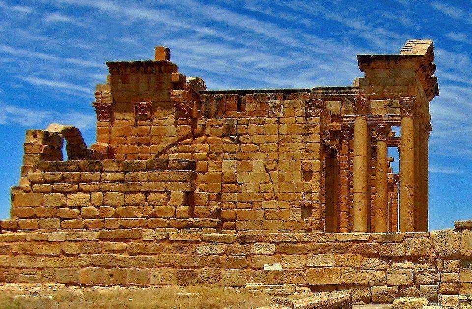 Vue d'ensemble de l'une des deux façades latérales du temple de Minerve, qui est de type...