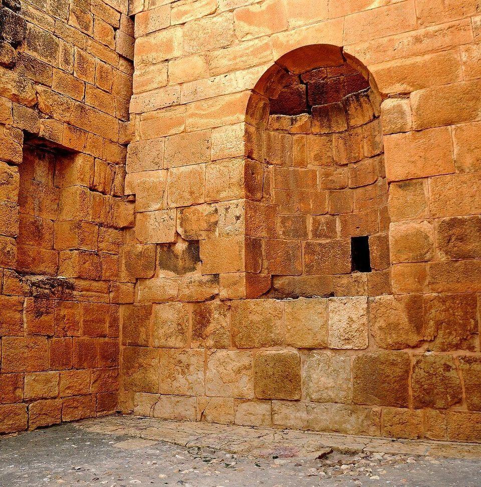 Vue de la niche en cul-de-four aménagée dans le mur du fond de la cella du temple de Minerve....