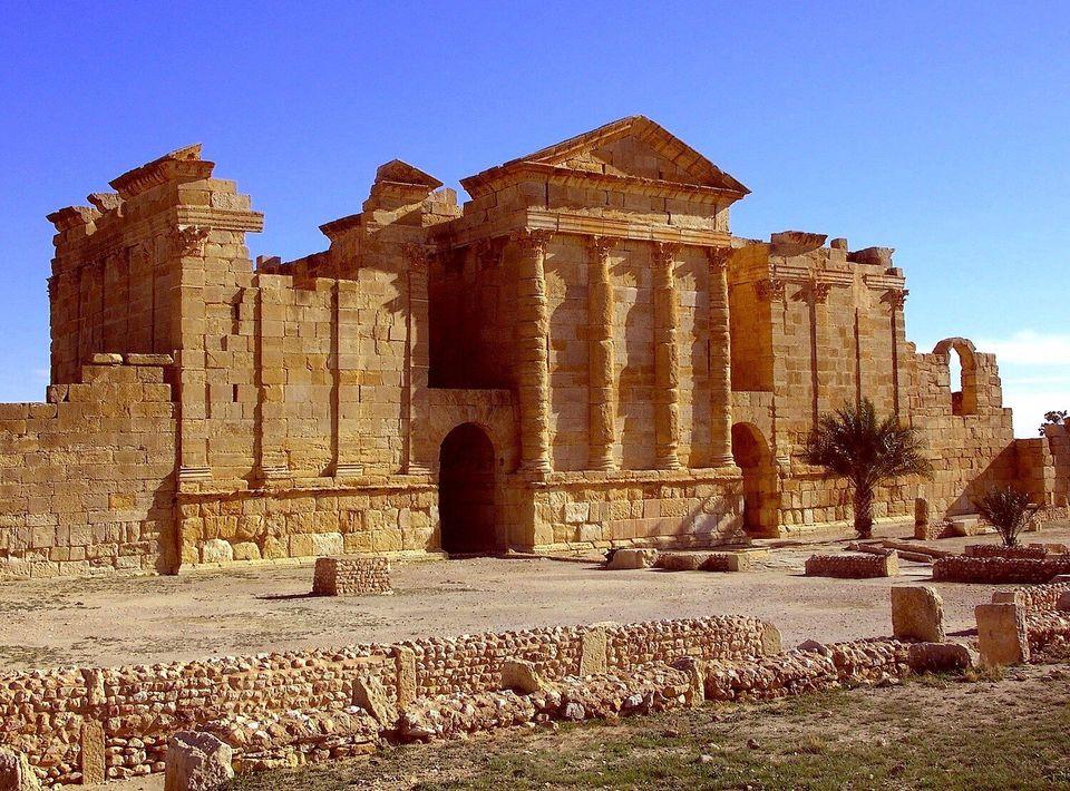 Vue d'ensemble des façades postérieures des temples de Junon, Jupiter et Minerve. Les sanctuaires,...