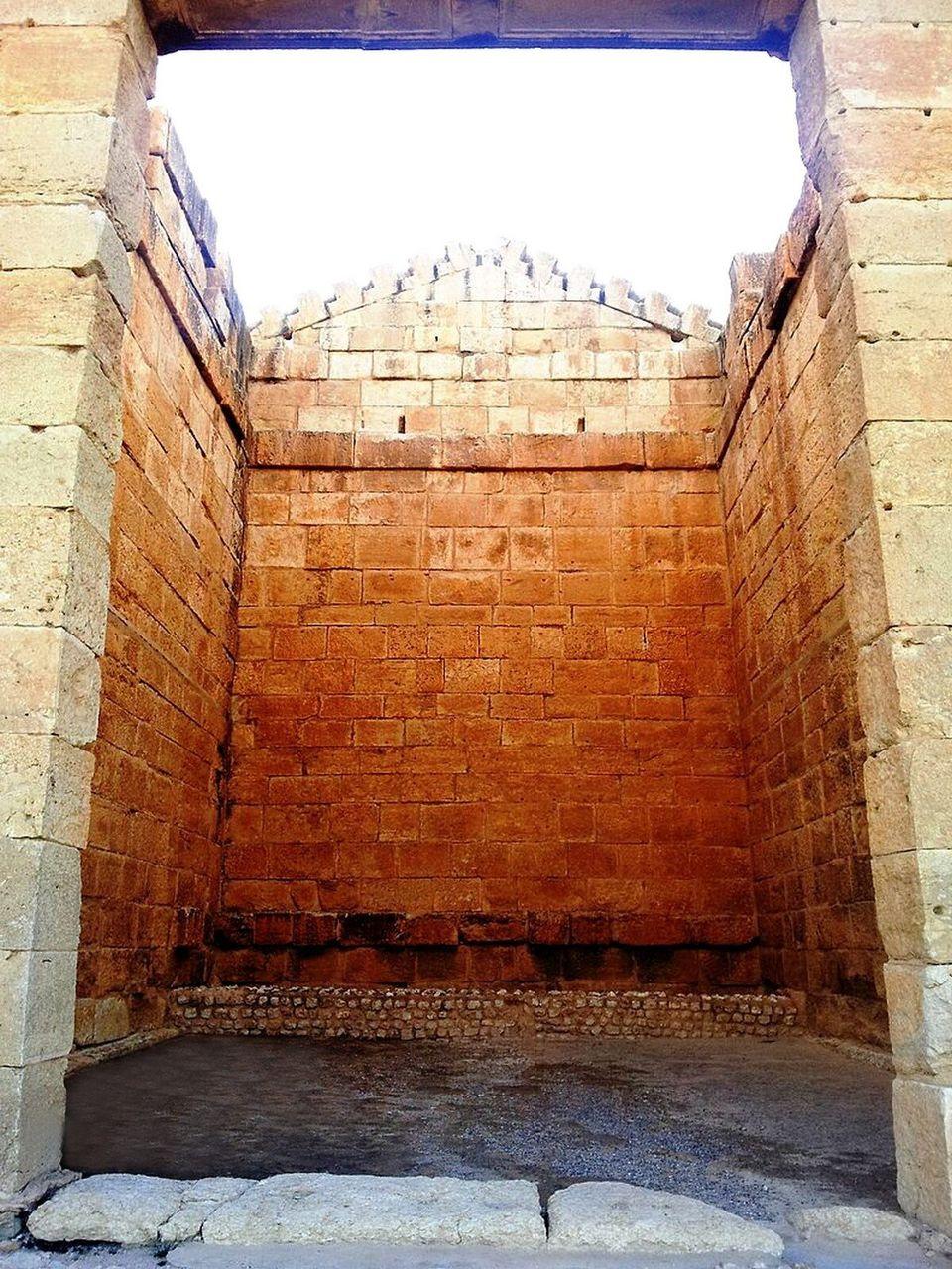 Vue de la cella du temple de Jupiter depuis le seuil de son imposante porte.À la différence...