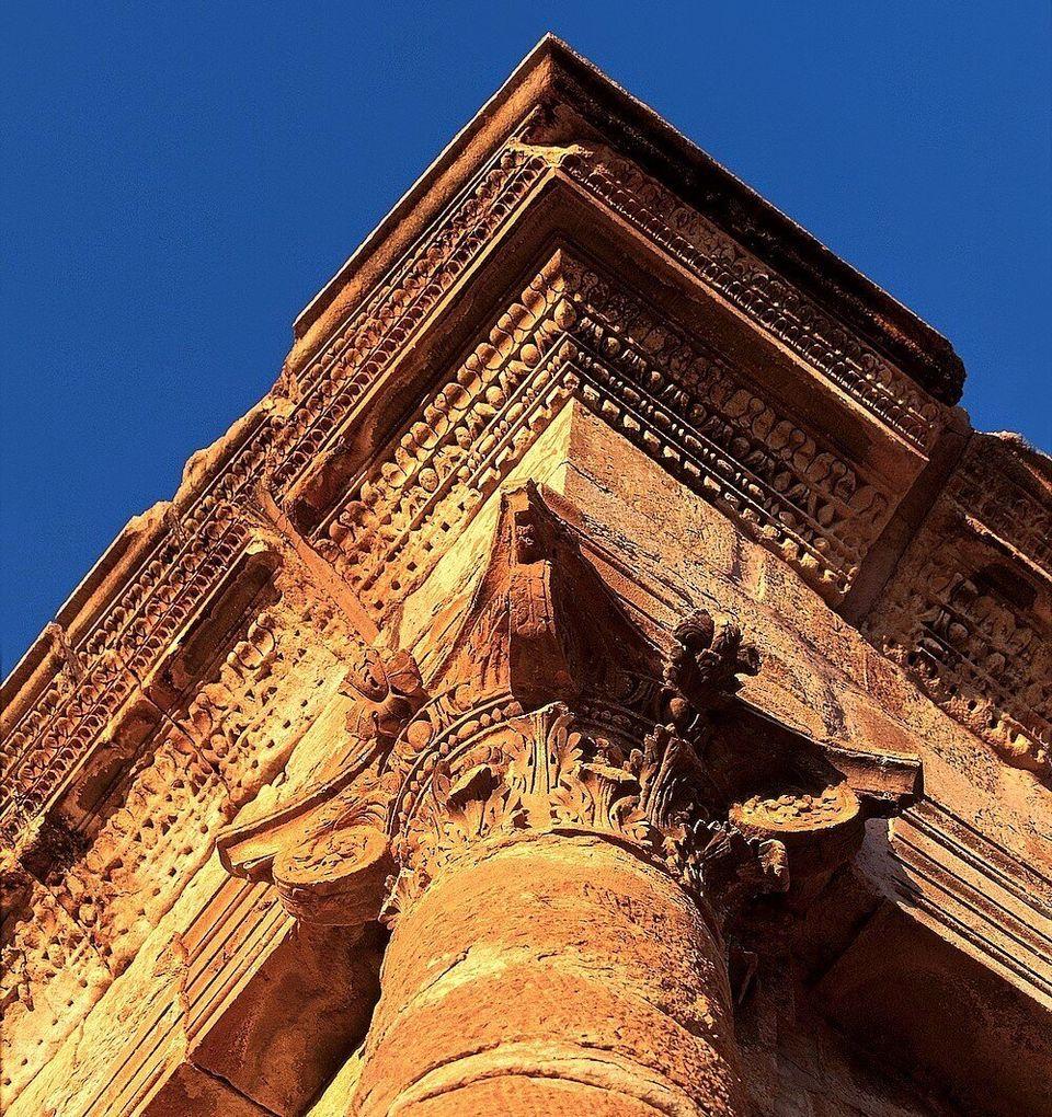 Vue de l'un des chapiteaux composites, sculptés avec soin, du temple de Jupiter. Celui-ci, à...