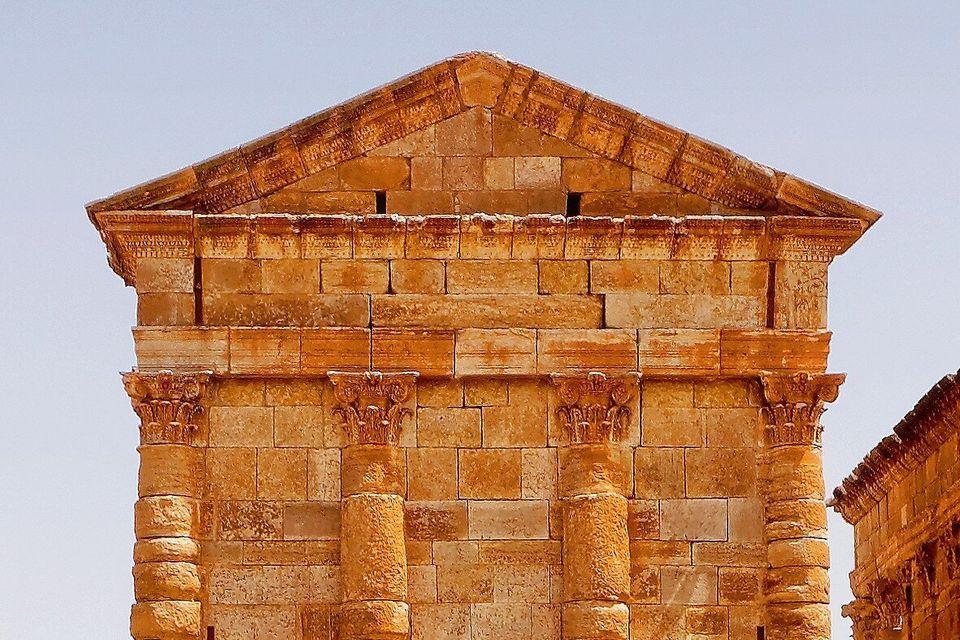 Gros plan sur la partie supérieure de la façade postérieure du temple de Jupiter....