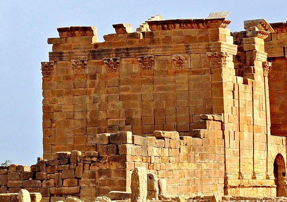 Vue de la façade postérieure et de l'un des deux côtés latéraux de...