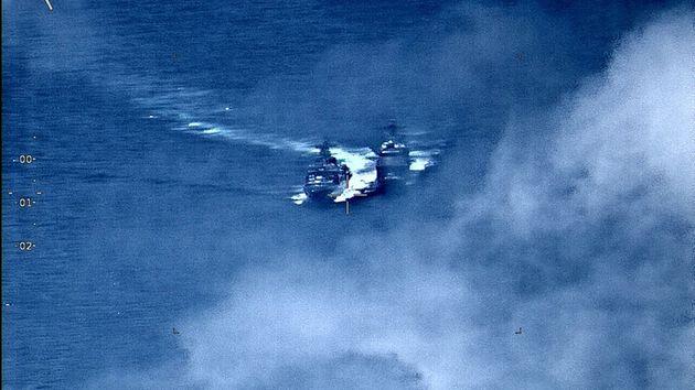 Momento en que se produce el incidente entre los dos buques, en aguas de