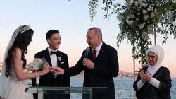 Le footballeur Özil avait un témoin un peu spécial à son