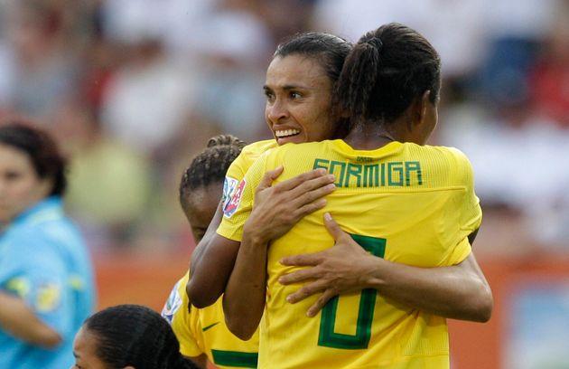 Marta abraça Formiga apósmarcar segundo gol nas quartas-de-final entre Brasil e Estados...