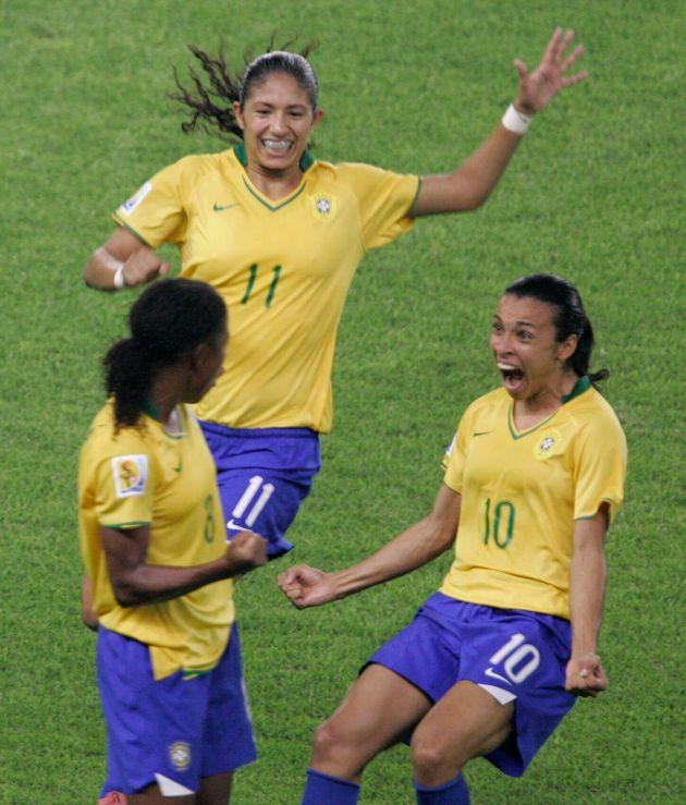 Formiga, Cristiane e Marta comemoram após marcar contra os EUA durante a semifinal da Copa do...