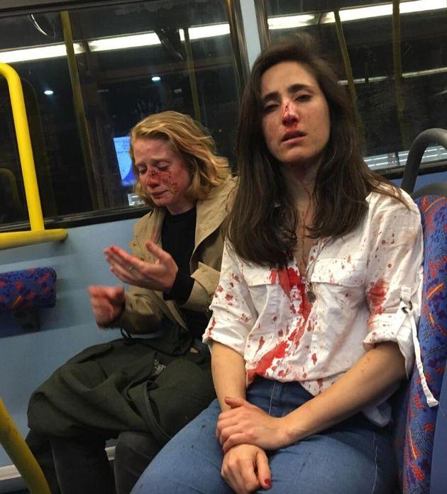 런던 버스에서 레즈비언 커플이 남자들에게