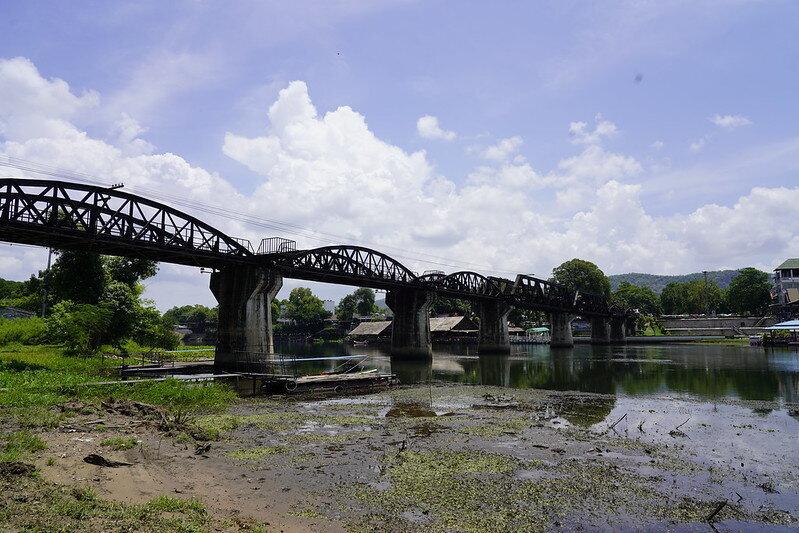 這已經是自己第五次來到桂河大橋(The Bridge on the River Kwai) 了, 嗯~~很妙的是,只要是路過來玩的,天氣就一定好好, 上次特別安排住宿在橋畔, 天氣就不好,下雨、沒有夕陽.... 嗯~~相當的莫非定律, 我想,就是這樣的緣分嚕。