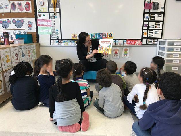 Mme Shanna lit une histoire à ses élèves, dans sa classe de maternelle 4 ans de...