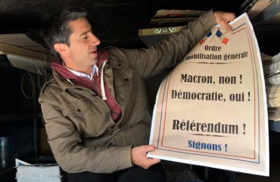 François Ruffin présente l'une des deux affiches qu'il a fait faire pour mener campagne...