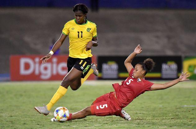 Khadija Shaw (à esquerda), da Jamaica, luta pela bola com Yomira Pinzon (à direita), do...