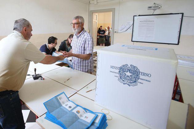 Urne aperte per i ballottaggi, duelli centrodestra/centrosinistra: caccia ai voti