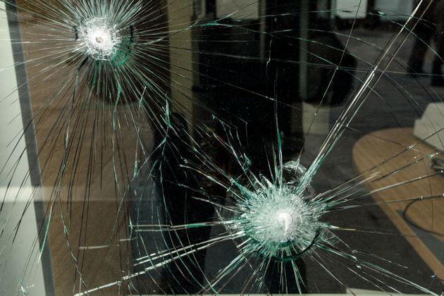 Ο Ρουβίκωνας πίσω από την επίθεση με βαριοπούλες σε τράπεζα στη λεωφόρο