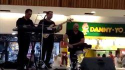 La genial reacción de una banda de músicos al inundarse el lugar en el que