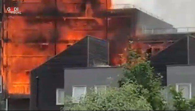 Edificio in fiamme alla periferia di Londra, 100 pompieri sul