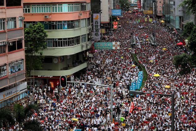 Milhares de pessoas vão às ruas em Hong Kong contra projeto de extradição para a