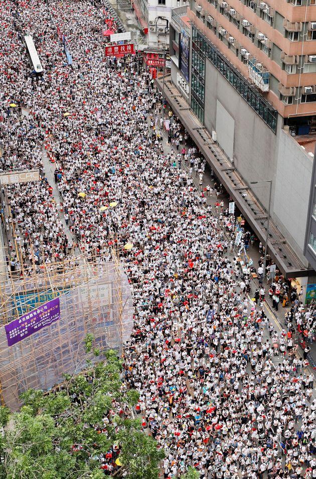 홍콩 시민들이 역대 최대 규모 집회를 연