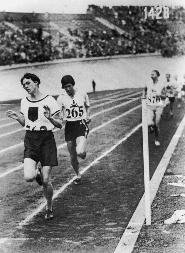 1928年のアムステルダム大会で、銀メダルに輝いた人見絹枝さん(中央)