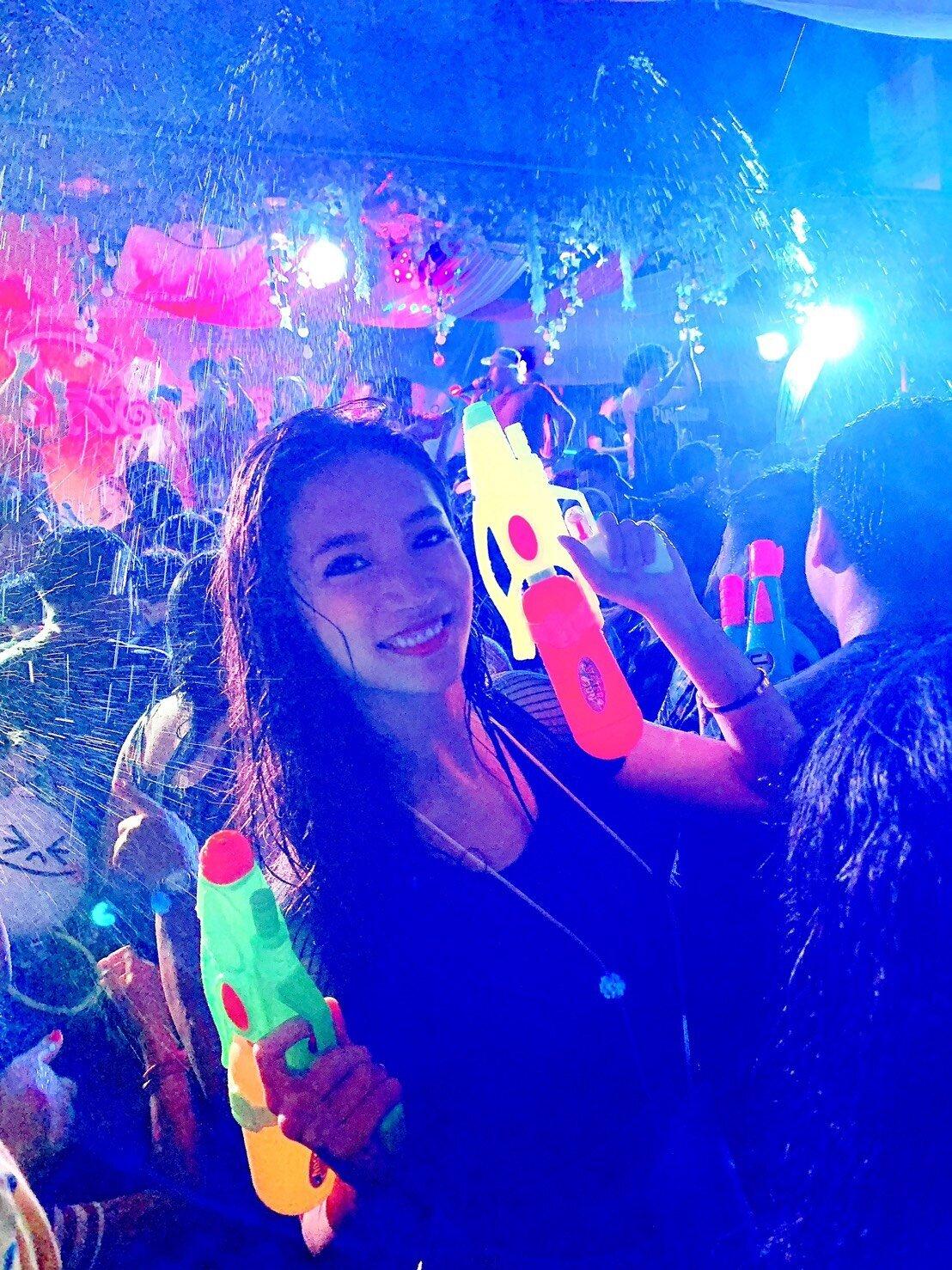 ▲意外遇上當地的潑水節,林采緹和姊姊乾脆買了水槍,入境隨俗跟著慶祝。