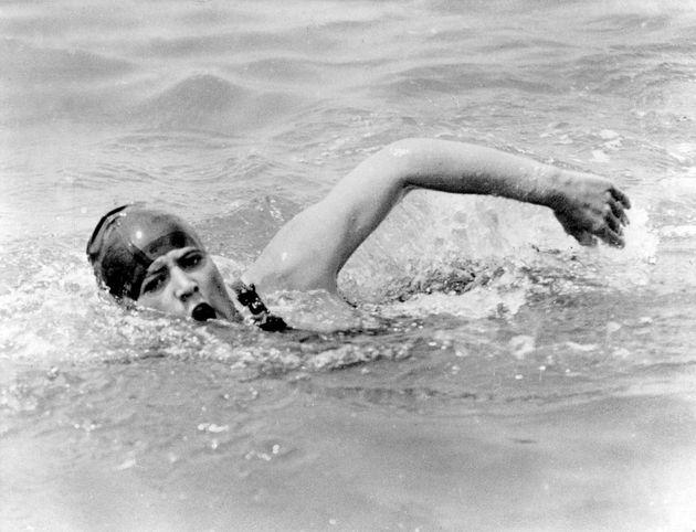 英仏海峡横断を達成したガートルード・エダール、練習風景(1926年)