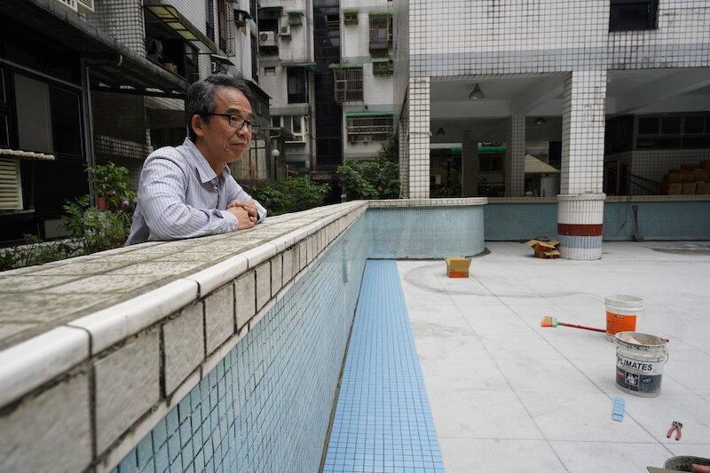 ▲陳先生住的小型社區缺乏經費,無法聘請總幹事,導致社區修繕事宜總是一再拖延。