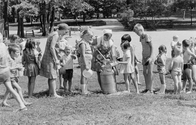 1966년에 까이보뿌이쓰또(Kaivopusito, 헬싱키에서 가장 유명한 공원)의 놀이터에서 아이들에게 음식을 나눠주고 있는