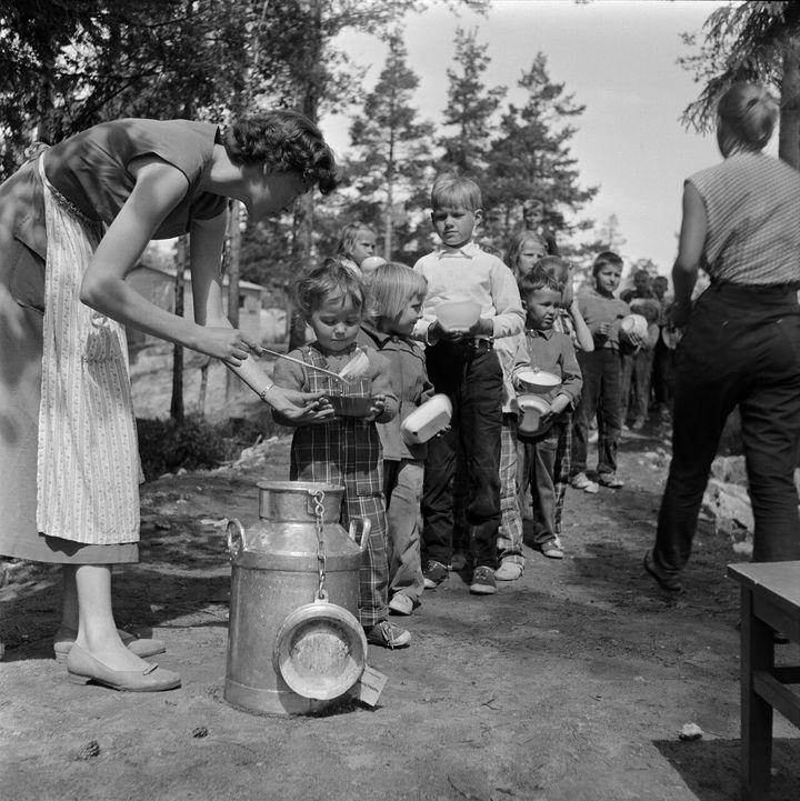 1950년대 사진, 헤르또니에미(Herttoniemi) 지역의 레읶끼뿌이쓰또에서 음식을 나눠주는 중이다.