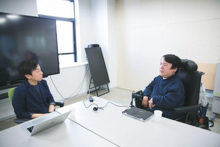 青野慶久さん(左)、熊谷晋一郎さん(右)