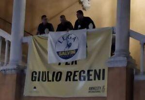 La Lega festeggia a Ferrara coprendo il cartellone per Giulio