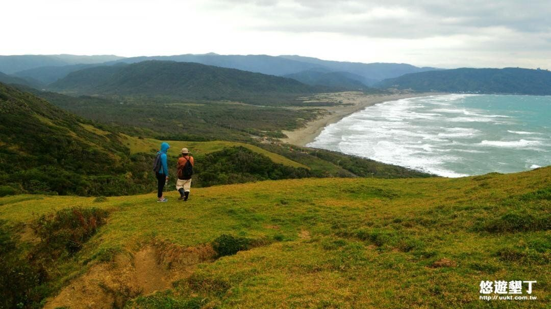 鼻頭草原可以俯瞰絕美海景。(圖/墾丁旅遊網)